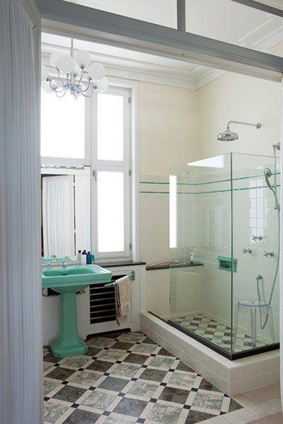 Deze badkamer in een van de laatste art-decoappartementen op de dijk van Oostende (een interieur uit het woonboek North Sea Living) combinee...