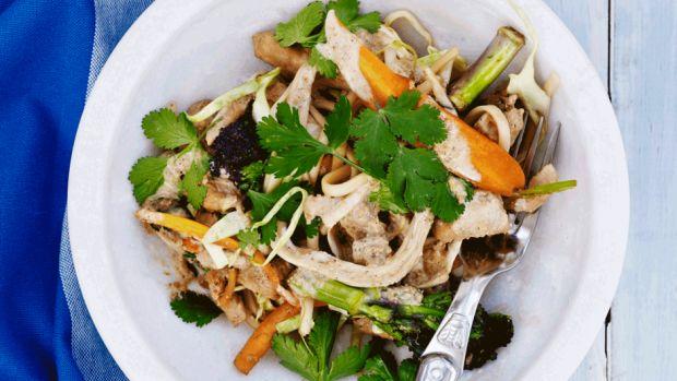 Nudler med svinekød, grøntsager og gomadressing | Femina