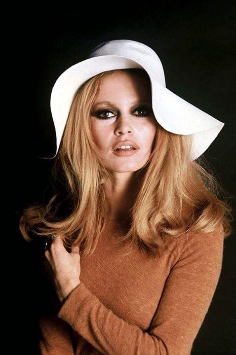 В 80-летний юбилей французской актрисы, вспоминаем главные атрибуты ее стиля: бабетту, широкие брови, шляпы, джинсы и блузки-«бардотки».