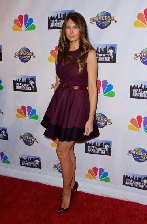 En clave mini y con un vestido bicolor ceñido a la cintura con un cinturón borgoña a juego con los zapatos.