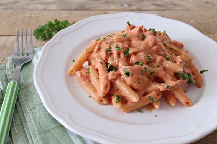 Un primo piatto semplice e veloce, ma soprattutto buonissimo: le Penne al baffo, giusto il tempo di cuocere la pasta e sono pronte