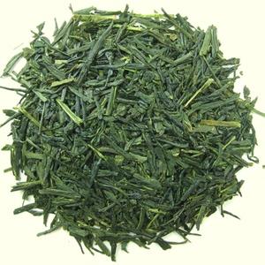 [JAPÓN] Kabuse Okuyutaka Kari (té cubierta): El Kabuse es un té verde que crece en sombra debajo de un tamiz de paja o algodón. La   sombra inhibe la fotosíntesis y así la planta sobrevive de sus propios nutrientes reduciendo la catequina (responsable del amargor)   y aumentando la L-Theanine (responsable del dulzor y aroma). Es parecido al té Gyokuro pero varía el material del tamiz y la   duración menor de cubierta del Kabuse, unos 9-10 días menos que el Gyokuro.