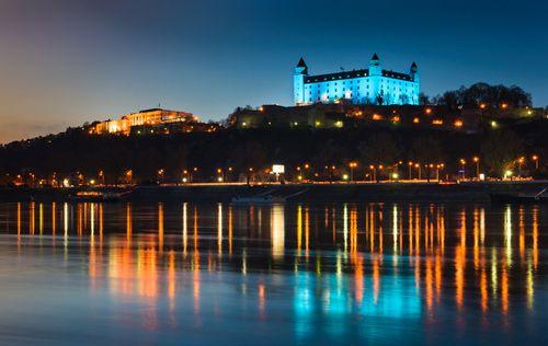 Večerní Bratislava a procházka po hlavním městě Slovenska s výhledem na Bratislavský hrad. Kochejte se krásou tohoto města, překrásnými architektonickými stavbami, užijte si výlety, zábavu nebo nakupování. Bratislava vám nabízí vše. Všechny nabídky najdete na http://www.nakupvakci.cz/cs/praha/