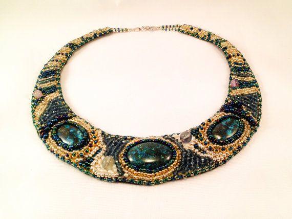 Girocollo realizzato intorno a tre splendide chrysocolla multicolor dalle sfumature verdi e turchesi incastonate da perline in vetro dorato