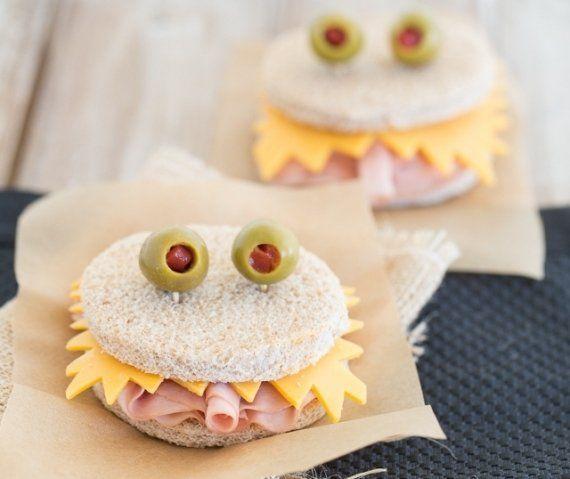 Nós trouxemos outra opção bem interessante para compor sua mesa de guloseimas de Halloween: sanduíches de monstro! Um lanche super prático de fazer, veja! - Veja mais em: http://www.vilamulher.com.br/receitas/nova-cozinha/sanduiches-de-monstro-petiscos-de-halloween-4-1-75-1415.html?pinterest-destaque
