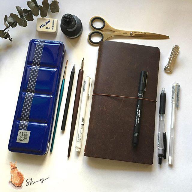 曬工具......... 工具名稱: 由上→下,左→右 1.MILAN橡皮擦 2.黑色墨水 3.金色剪刀(我的最愛) 4.牛頓塊狀水彩 5.牛頓水彩筆 6.鉛筆(整隻黑色+消光黑~好美) 7.沾水筆 8.UCHIDA代用針筆 9.Traveler's notebook  10.UNI代用針筆 11.鋁質復古夾 12.ZEBRA 黑筆 13.Pentel 白色筆(牛奶筆) #travelersnotebook#插畫#illustrator#artwork#article#illustration#winsorandnewton#art#paint#painting#draw#drawing#midori#雪莉畫日誌#日記#手帳#水彩#文具#文房具#taiwan#watercolor#sketch