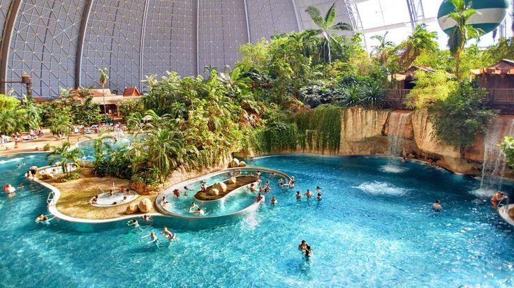 Houd jij van zwembaden met veel glijbanen en tropische temperaturen? Dan zou jij vast wel een kijkje willen nemen in het grootste tropisch zwembad ter