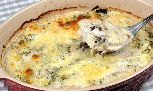 En snabb, god och enkel torskgratäng med grädde, ost, purjolök och champinjoner.