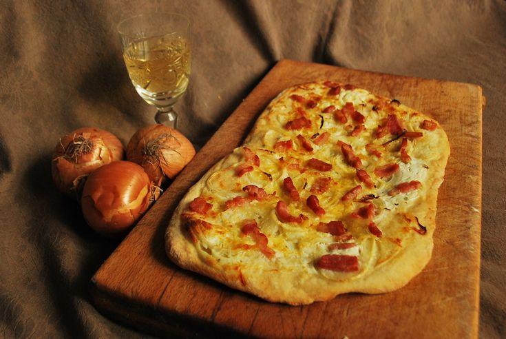 Tarte Flambée je známy alsaský slaný koláč na báze tenkého chlebového cesta a Crème fraîche. Pripravuje sa vo viacerých variantách – so syrom, hubami, špenátom...