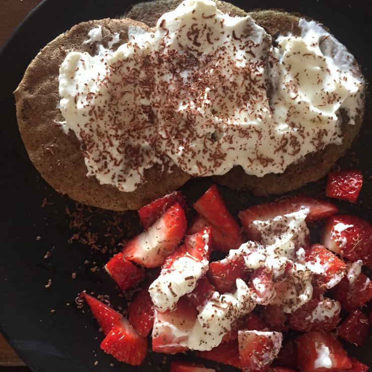 pancakes proteici cooon yogurt greco, fragole e grattugiata di cioccolato fondente extra al 90%  La ricetta dei pancakes: 2 albumi, 2 cucchiai di farina di grano saraceno, mezzo cucchiaino di farina di riso, mezza banana schiacciata, mezzo cucchiaino di bicarbonato attivato con un po di succo di limone, un pizzico di vaniglia in polvere da bacche biologiche*, 2 cucchiai di latte di soia.