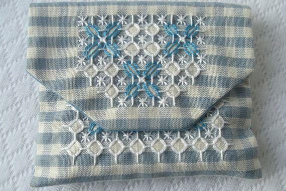 Pochette brodée tissu coton vichy bleu clair broderie suisse fait main fabrication française