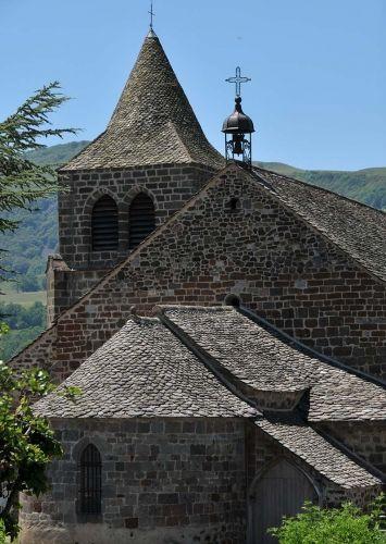 Vue de l'extérieur, l'église Saint-Léger (XIIe siècle) est d'allure plutôt costaude. Pour ne pas dire trapue. A Cheylade, l'édifice volcanique surplombe la jolie vallée de la Petite Rhue, au relief in