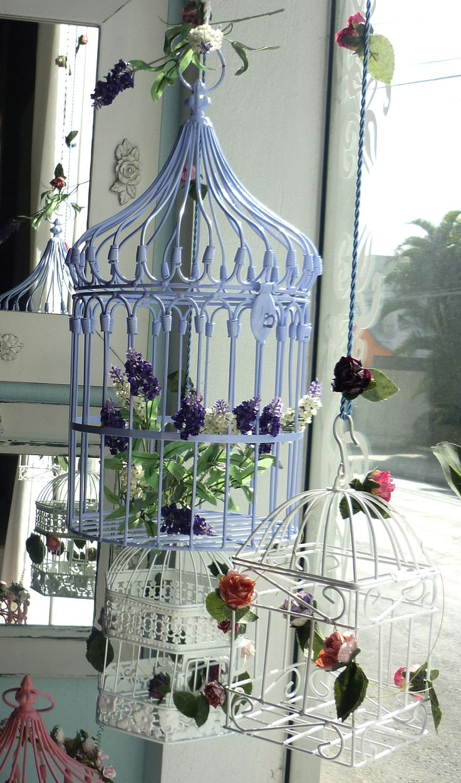 sala decorada com lustres de gaiola - Pesquisa Google