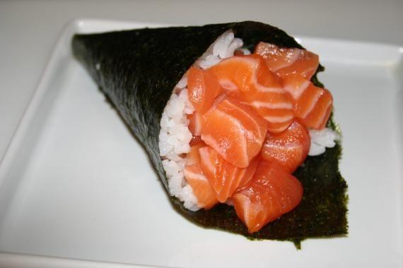 Divida a alga em 4 pedaços iguais, Distribua o alface picadinho, coloque as porções do salmão e então enrole em formato de cone. Temaki Light de Salmão