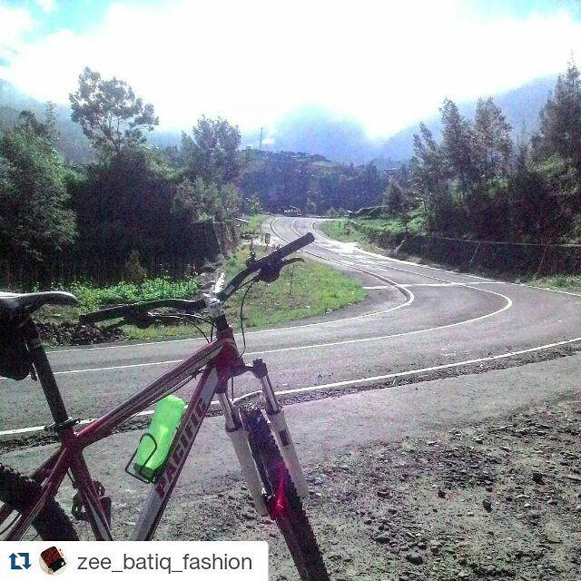 #Repost @zee_batiq_fashion  cemoro sewu! banyak pemandangan indah di perjalanan :D  Jalan Panjang Berliku... #gununglawu  #cemorosewu #pacificbikerider #gowes #karanganyar #tawangmangu #pacificbikes #pacificbikes #pacificbikerider #sepeda #sepedagunung #bersepeda #gowes #hardtail #mountainbike #mtbindonesia #crosscountry