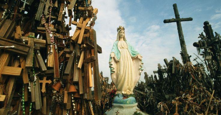 Uma estátua de Maria no topo da Colina as Cruzes, na Lituânia. O local de peregrinação tem milhares de cruzes de madeira e metal