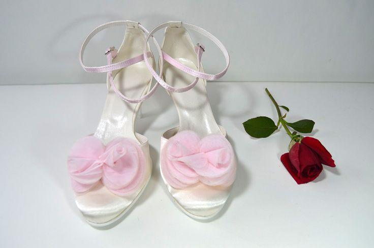 Krémově-růžové lodičky (barva Ivory + light pink)a zdobení kytkou. svatební obuv, společenksá obuv, spoločenské topánky, topánky pre družičky, svadobné topánky, svadobná obuv, obuv na mieru, topánky podľa vlastného návrhu, pohodlné svatební boty, svatební lodičky, svatební boty se zdobením,topánky pre nevestu