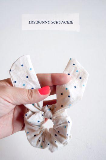 """ピヨっと耳が出ている""""うさぎさんシュシュ""""。裁縫道具のいらない超簡単な方法"""