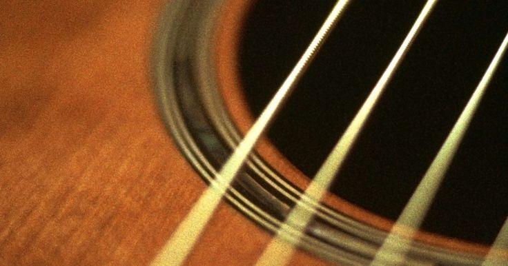 Cómo disminuír la altura de las cuerdas en una guitarra acústica. Si bien existen guitarristas que prefieren una guitarra con cuerdas elevadas, la mayoría anhela una guitarra con cuerdas bajas más cerca del diapasón. Quizás sacrifiques un poco la calidad del sonido, pero es mejor para tu muñeca y tus dedos. Mientras la guitarra envejece, la tensión tiende a elevarse del arco hacia arriba, alejando las cuerdas ...