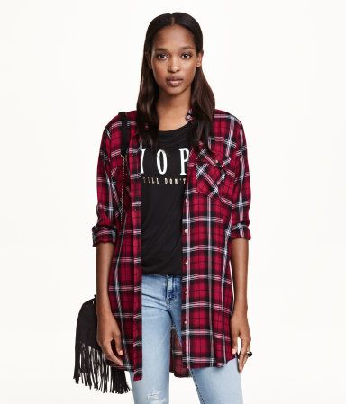 Long shirt in a patterned weave with breast pockets with a flap and button, and long sleeves.