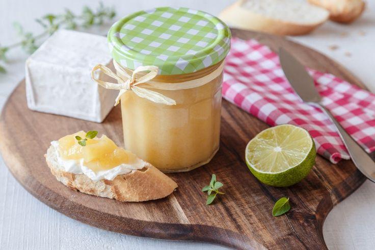 Zavařte si Piña Coladu. Marmeláda obsahující kousky čerstvého ananasu, kokosové mléko, limetovou šťávu a nezbytný rum tenhle oblíbený míchaná nápoj velmi připomíná.
