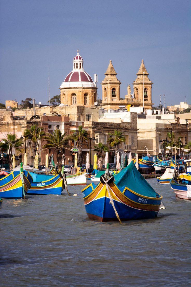 Het Vissersdorpje Marsaxlokk Staat Bekend Om Het Grote Aantal Luzzu S Dat Hier Voor Anker Ligt De Traditionele Vissersbootjes Z Malta Travel Boat Malta Island