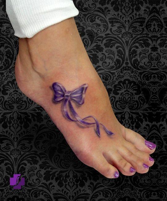 Tatouage-Nœud violet sur le pied.