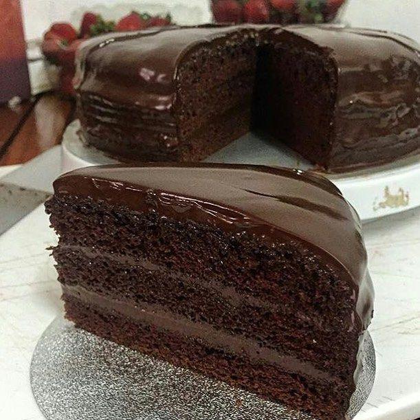 """Вот уже третий вечер открываю """"интересное"""" в Инстаграм щёлкаю случайно подобную фотку и открывается один и тот же блог  каких только вкусовых извращений там нет. И разрезают что-то вытекает шоколад и поливают и на печенье шоколад и арахисовую пасту и ещё конфетками посыпать  все полито залито и перелито шоколадом. И все такое пропитанное шоколадное бисквитное  при всём моём почти равнодушии к сладкому я начинаю сходить с ума и хотеть... Трюфели от Палыча  добрый тренер как-то дал попробовать…"""