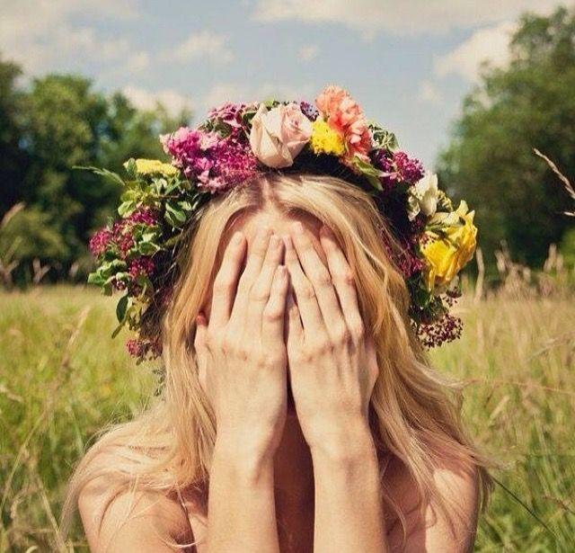 Peinado de novia de melena suelta con corona de flores