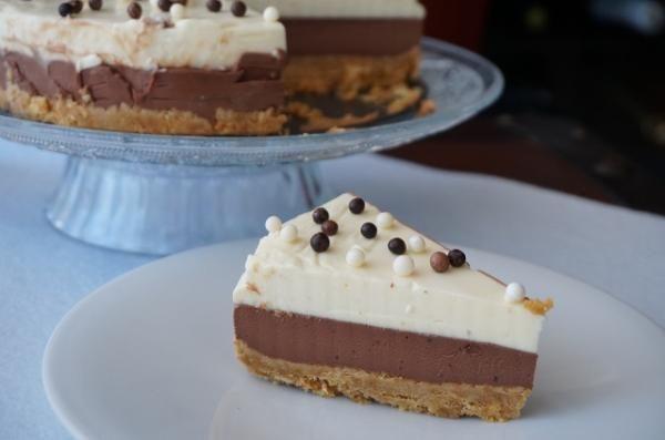 Receta de Tarta de dos chocolates sin horno #RecetasGratis #RecetasdeCocina #RecetasFáciles #Postres #PostresFáciles #Desserts #PostresCaseros #Tarta #Chocolate