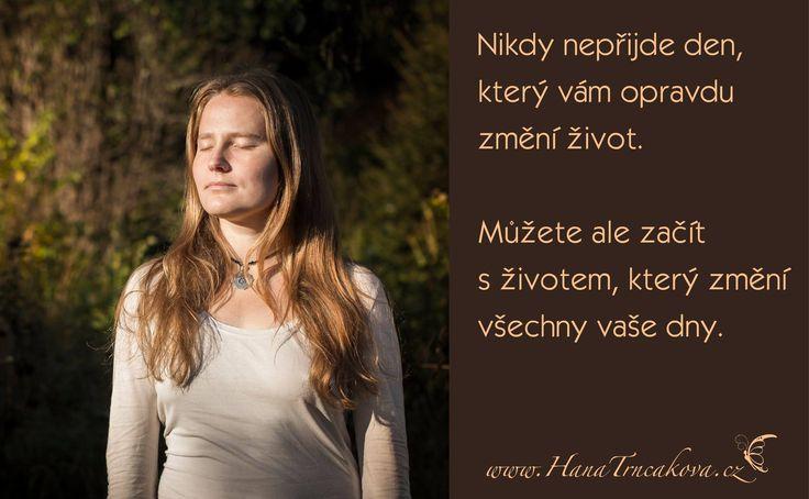 Poslední dobou mě doprovází téma pomíjivosti a je také pevně spojené s myšlenkou Žij, co cítíš.   Na statku v přírodě se častěji setkáte s realitou, která vám velmi citelně připomene, že život na Zemi máme jen jeden.  www.hanatrncakova.cz