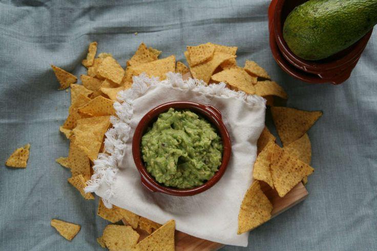 Zelf guacamole maken is lekker, makkelijk en zo smakelijk. Ik geef je 2 snelle bereidingen waarvan 1 recept met ingrediënten die je in huis hebt. www.lekkeretenmetlinda.nl