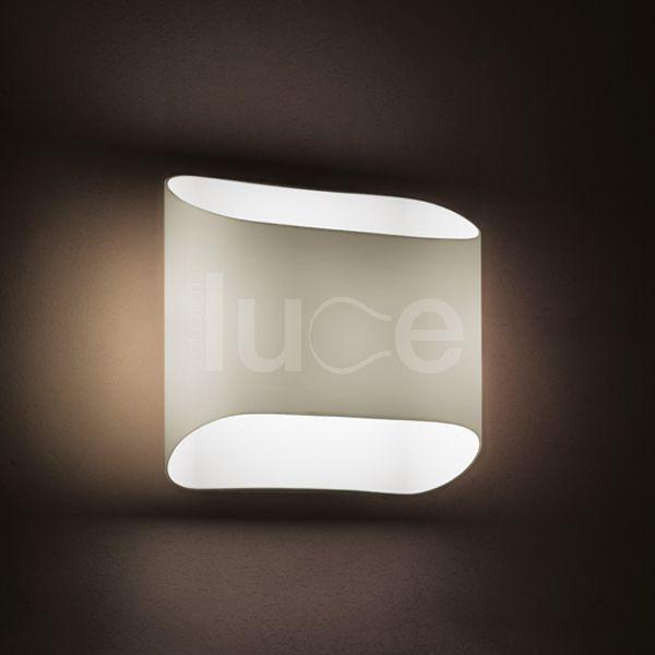 Abbey lampada da pareteAbbey è un'applique dal design semplice e deciso caratterizzata da montatura in metallo laccato e diffusore in vetro soffiato disponibile in due colori : biancolatte e grigio.