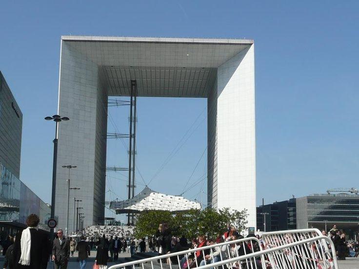 Quinze architectes de renom volent au secours de la Grande Arche de la Défense