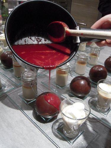 sphere chocolat et coulis de framboise