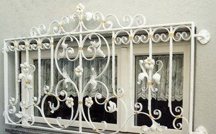 Barockgitter vor Fenster als Einbruchschutz weiß lackiert und blattvergoldet :: Fenstergitter ( Art. Nr. 2017 )