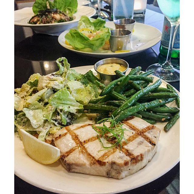 Double-tap if you could go for this! Tonight's #dinner adventure comes courtesy of TJ's Seafood Market in Highland Park (Dallas). If you're dining out and wanting a lighter option, always go with #seafood (so long as it doesn't break the bank). If so, ask for grilled chicken! Here I have grilled swordfish, green beans and a side Caesar salad. Boom. (traducción abajo) ----- Haz doble clic si te gustaría cenar este plato! Esta noche cenamos en TJ's Seafood Market en Dallas. Si quieres comer…