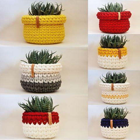 A modelo é a mesma, mas as roupinhas... Cachepôs de crochê para todos os gostos Tb! Encomendas e valores via direct ou e-mail. #chadas2 #cachepodecroche #cachepot #cestodecroche #crochetbasket #homedecor #homedesign #feitoamao #fiodemalha #ganchillo #handmade #fioecologico #tshirtyarn #trapillo #croche #crochet #suculenta #suculent #economiacriativa #compredequemfaz