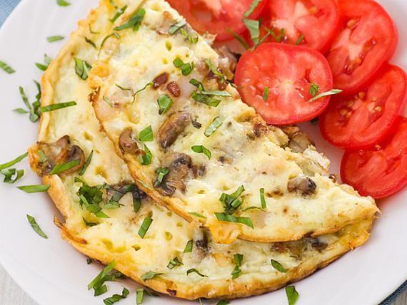Omelete de cogumelos e tomate