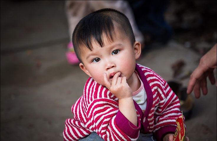 Самая густонаселённая страна в мире сталкивается с кризисом брошенных младенцев. Всё больше родителей в Китае отказываются от детей с врожденными патологиями. Одна китайская пара спасла такого ребенка и попросила Бога совершить чудо. В течение семи лет Фу Чун Чжи и его жена Сяо Ли пытались зачать р