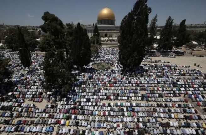 Palestinian Muslim worshipers pray at the al-Aqsa compound in Jerusalem during the first Friday prayer of the holy month of Ramadan, on June 19, 2015. (AFP/Ahmad Gharabli)