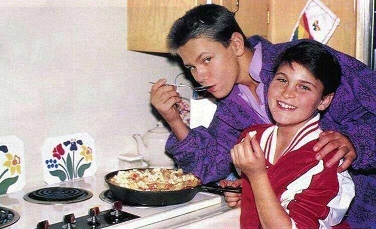 River Phoenix and Joaquin Phoenix enjoying their mother's soy omelet, 1985. : OldSchoolCelebs