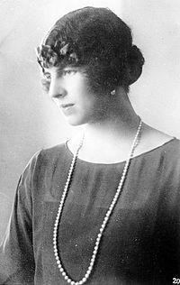 Biznieta. Elena de Grecia.  Reina Madre de Rumanía. ( Hija de Sofía de Prusia) . Cónyuge:Carlos II de Rumanía .Descendencia: Miguel de Rumanía( tataranieto de Victoria)