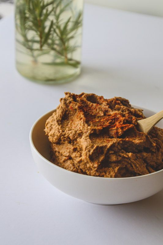 A delicious and healthy Baba Ghanoush recipe. This unique smoky paprika and roasted aubergine dip is absolutely delicious. It's a must try! #babaghanoush #babaganoush #dip #recipe #healthyrecipe #healthysnacks #healthydips
