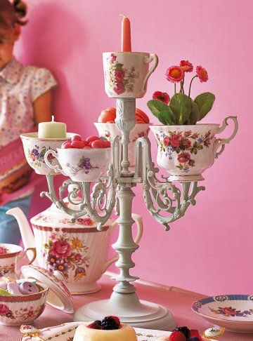 Chandelier baroque peint puis orné de tasses fleuries à la place des bougies