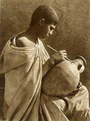 Tunisia. Orientalisme. Jeune potier. Rare tirage original d'époque. Signature en bas de l'image. 30 x 40 cm. Circa 1900.