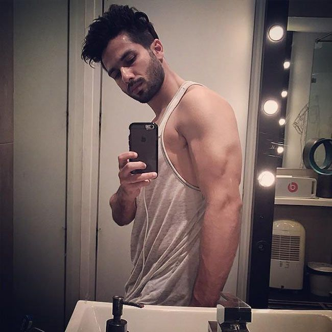 Shahid Kapoor shooting a #selfie showing his biceps. #Bollywood #Fashion #Style #Handsome