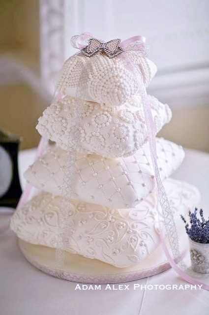 Beautiful pillow shaped wedding #cake ToniKami Pâtisserie