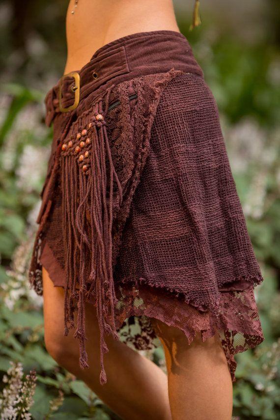 De rok van de Jungle is handgemaakt met mooie lagen van unieke cross stitch, haak, kant en katoen stoffen. Voorzien van een zachte velvetine gordel en twee zakken met een laag houten kralen. Deze mooie rok terugloopt voor gemakkelijke aanpassingen en perfecte pasvorm. Dit is een zeer speciale twee in één ontwerp met onze populaire Pixie Pocket is gebouwd in aan deze rok.  Kleur opties: Brown, stoffige roze, rood en zwart  Zie afbeelding van de Masala hier: https://www.etsy.com/...