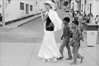 """DUDA CAVALCANTI.    Foi a primeira modelo a participar de um ensaio fotográfico de moda no Brasil, obra do seu namorado da época, o fotógrafo Otto Stupakov, que emprestara um vestido do costureiro paraense e queridinho da """"haute couture"""" tupiniquim, Dener Pamplona de Abreu. [PASQUINEIRA]"""